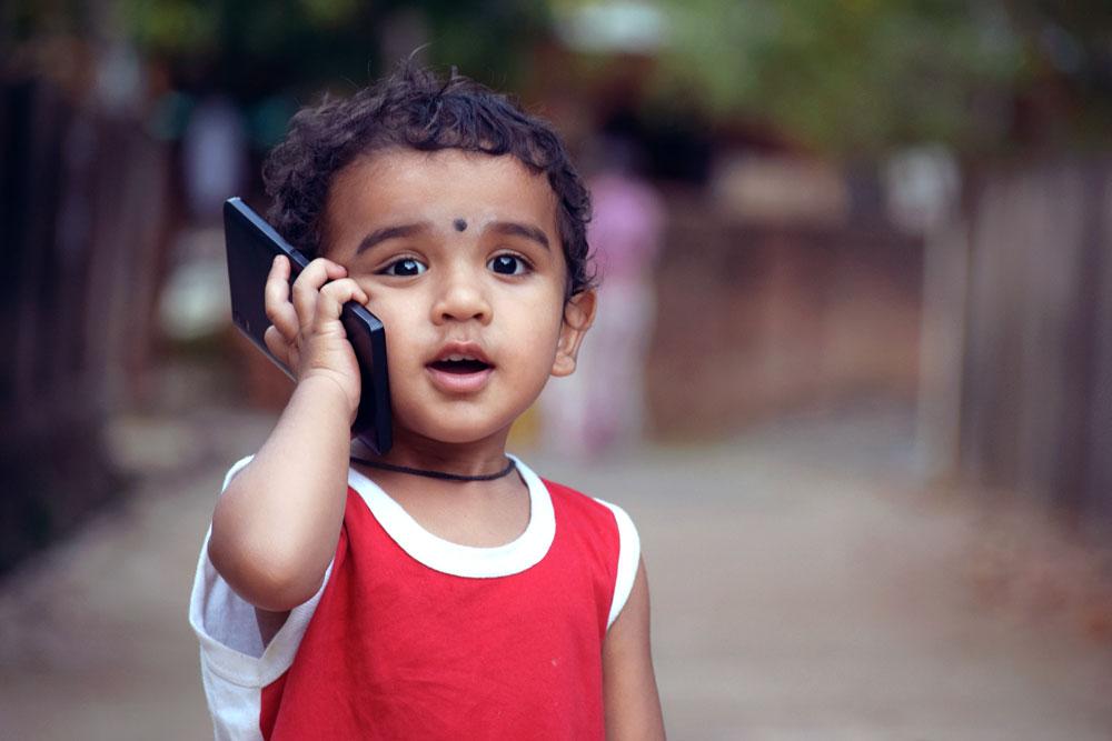 Kind mit Telefon